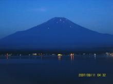 夜明け前の山中湖富士山