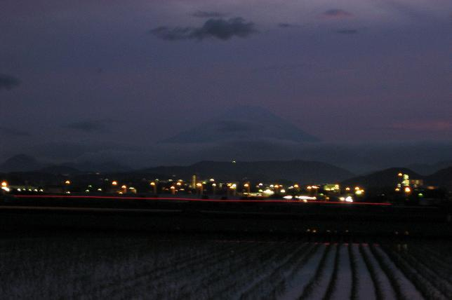 夕暮れ富士山と車のライトの線
