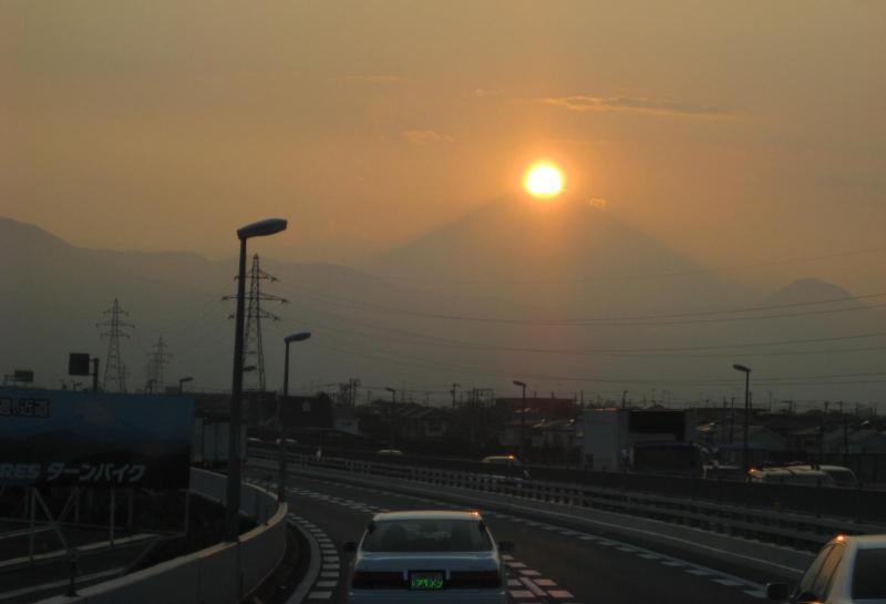 ダイヤモンド富士 覆面パトカー 小田原厚木道路