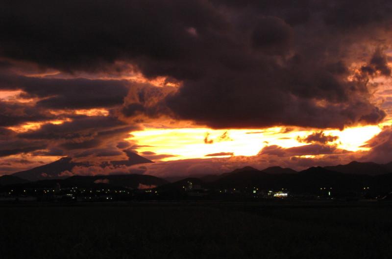 台風一過夕焼け富士山2010