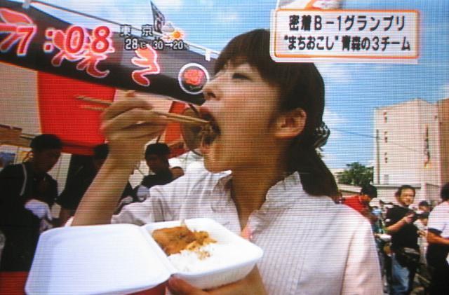 生野陽子がB級グルメを頬張る!フジテレビ女子アナ・ショーパン頬張り画像