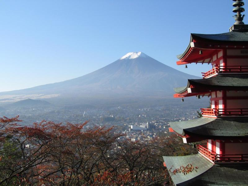 富士吉田の五重塔と桜の紅葉と富士山(新倉浅間公園・2010年11月6日)