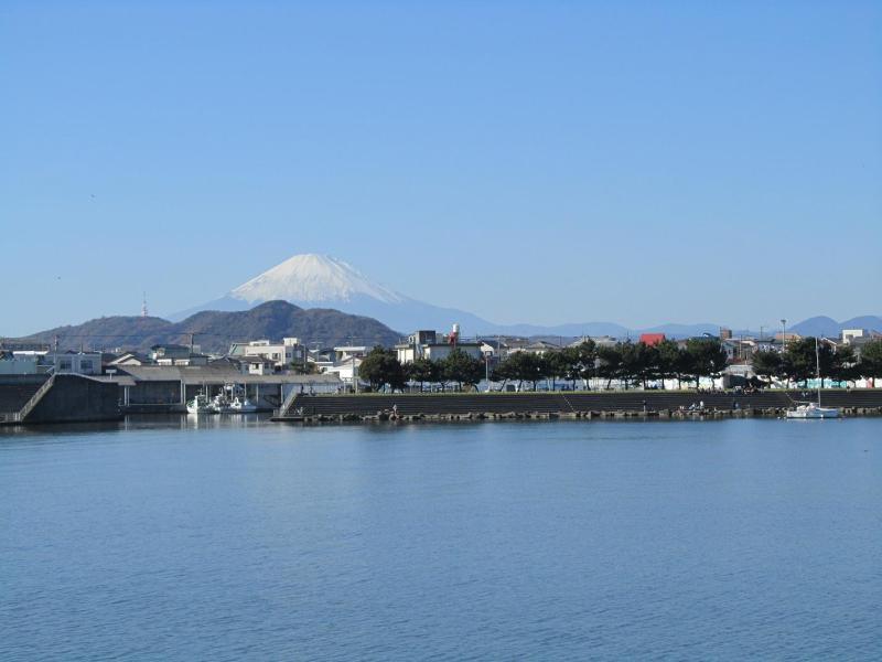 相模川(馬入川)河口付近の茅ヶ崎側から平塚港と富士山