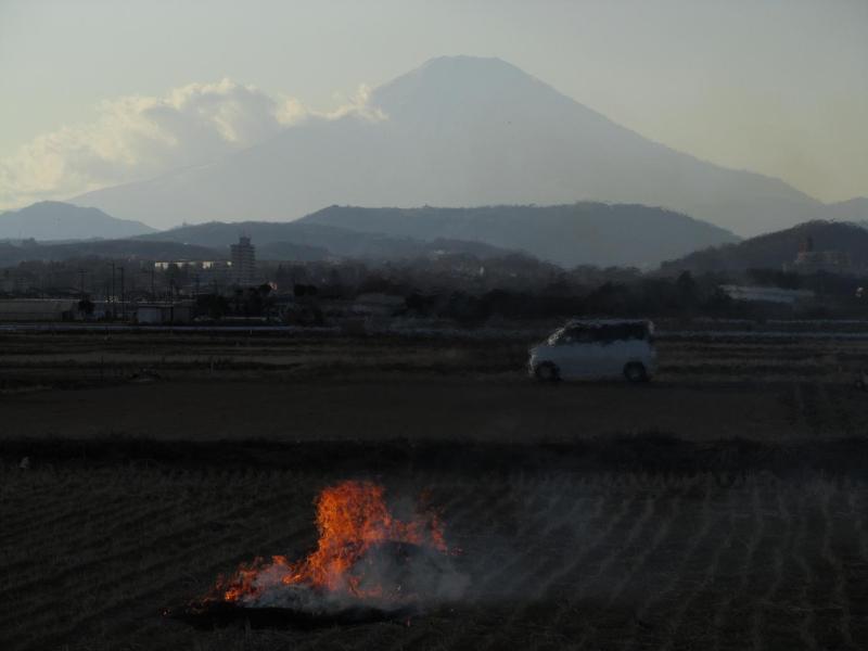 富士山 写真 田んぼ 焚き火 爺さん 画像