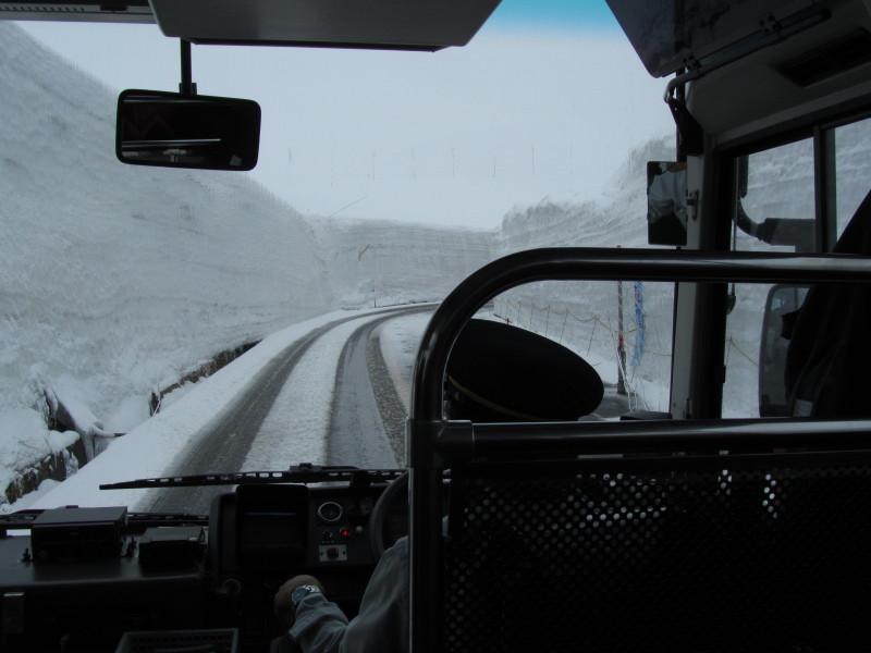 立山黒部アルペンルート 雪の大谷ウォーク中止写真 壁の高さ情報画像2011/5/17