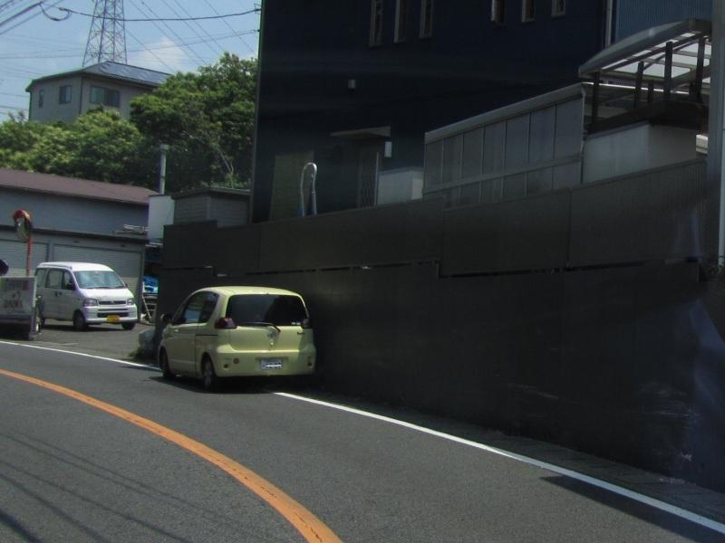 車が壁にこすり付ける様にして止まってる画像