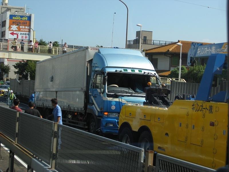 厚木246 トラック事故 写真