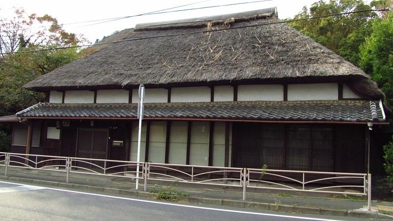 ⇒茅葺屋根の家 神奈川県大磯町高麗 画像 (国道1号 東海道)